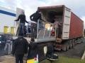 Chargement du container pour envoyer les dons par la mer