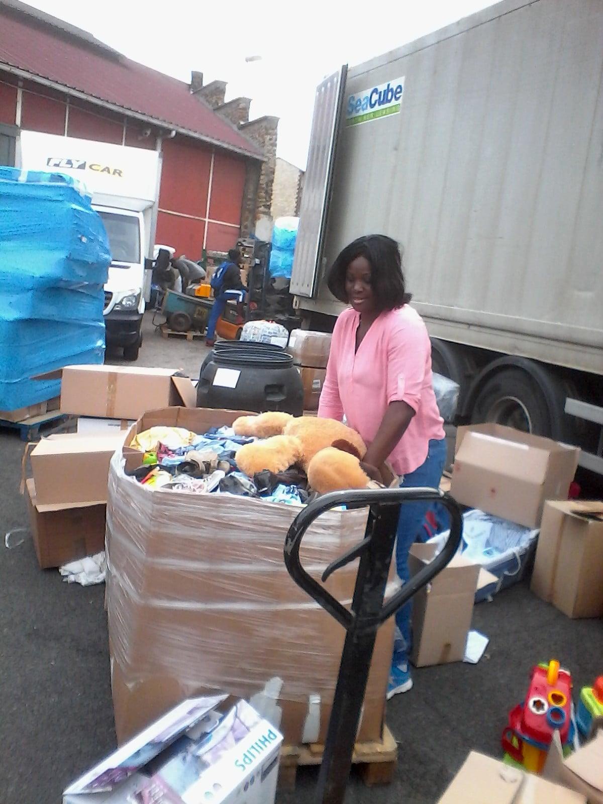 Chargement des Dons collectés dans le container  à destination du Cameroun
